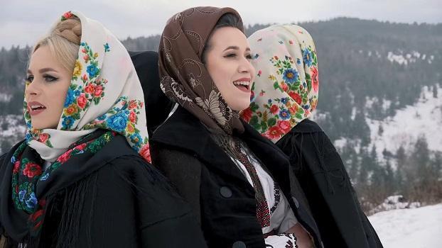 Suzana și Daciana Vlad, Iulia Bucur și Florina Oprea Sub fereastra la om bun.webm_000100.800