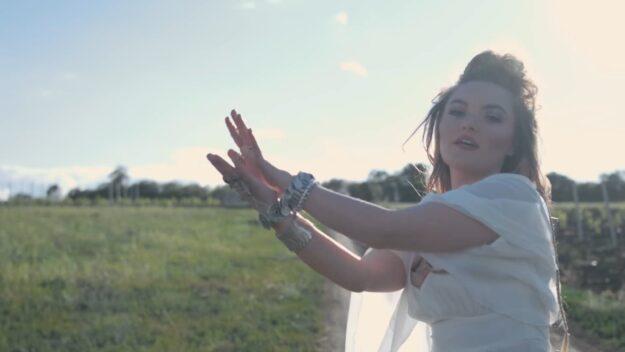 Diana Stoica – Tot Astept перевод